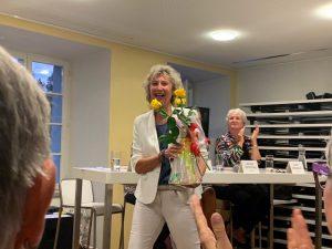 Buchvernissage 2019 Beatrice mit Blumen