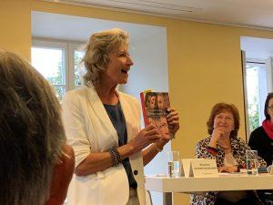 Vernissage 2019 Beatrice mit Buch
